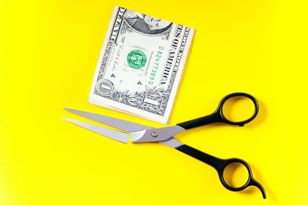 Tesoura quebrou tentando cortar dólar