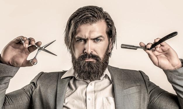 Tesouras de barbeiro e navalha, barbearia, terno. barbearia vintage, fazendo a barba. homem barbudo do retrato. barbearia vintage.