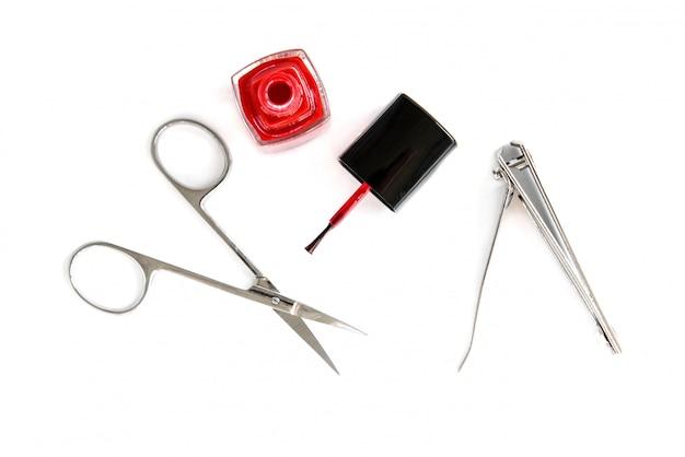 Tesouras de manicure e pinças isoladas no fundo branco.