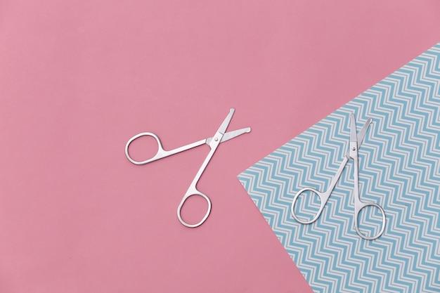 Tesouras de manicure em rosa azul. conceito de beleza. cuidados com as unhas