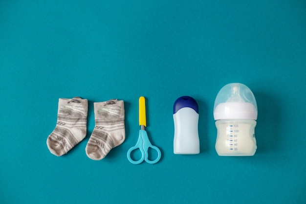 Tesouras, meias e alimentos