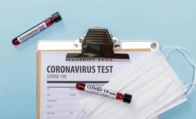 Testando amostras de sangue de pacientes para surto de coronavírus (covid-19) em laboratório com equipamento médico, novo coronavírus 2019-ncov do conceito wuhan china, com espaço para copiar
