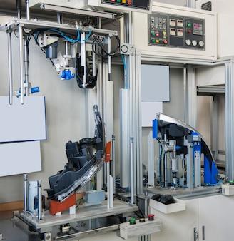 Testando faróis de automóveis quanto a vazamentos. equipamento de fábrica de controle de qualidade de faróis de carro