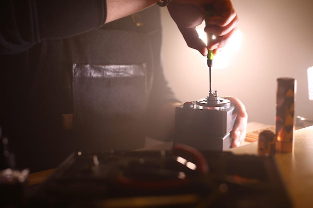 Teste a queima das novas bobinas duplas na base do convés dos atomizadores do cigarro eletrônico para vaping, feche a cena