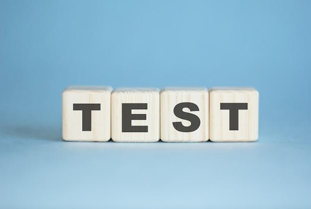 Teste . conceito. teste de palavras escrito com cubos de madeira. educação médica, controle de qualidade.
