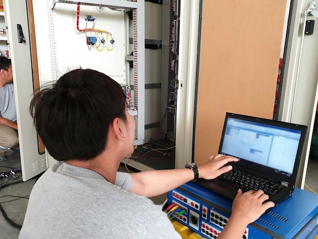 Teste de aceitação de fábrica para controle elétrico e painel de proteção pelo engenheiro elétrico