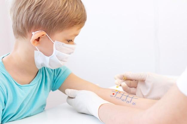 Teste de alérgenos na mão. criança em procedimento de teste de pele alérgeno na clínica.
