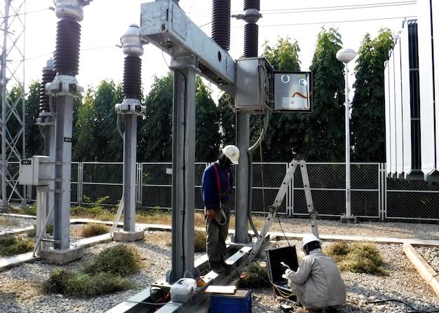 Teste de disjuntor de 115 kv no local de manutenção preventiva elétrica