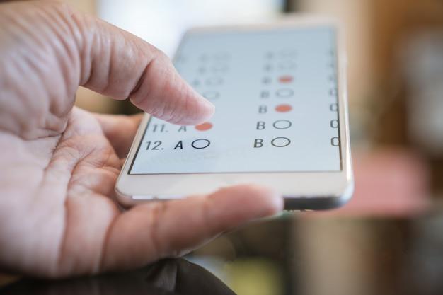 Teste de estudante exame de e-learning no computador tablet
