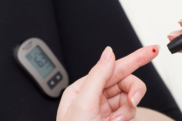 Teste de glicose no sangue para diabetes em mulheres grávidas com glicômetro