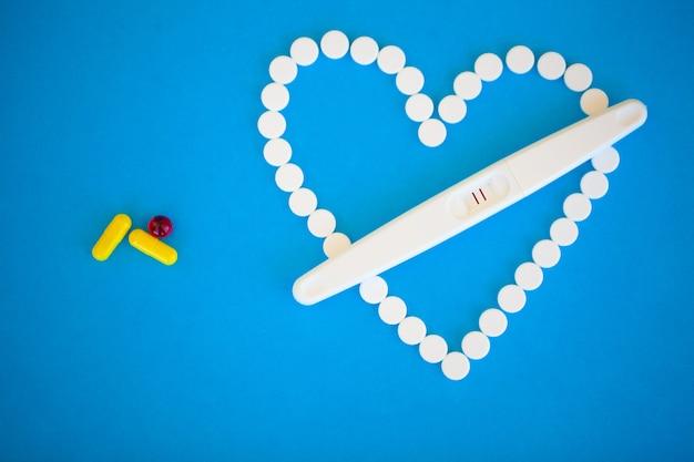 Teste de gravidez, o resultado é positivo com duas tiras.