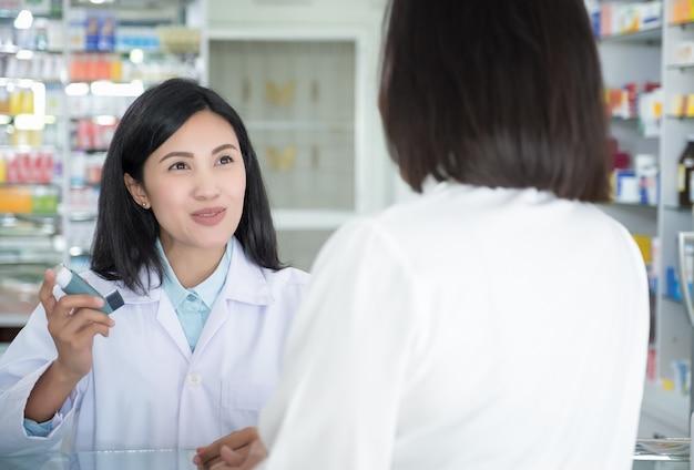 Teste de médico e ensinar spray e verificando a boca de um paciente