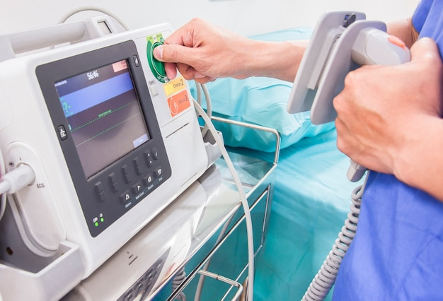 Teste de médico ekg ou monitor de ecg na sala de emergência
