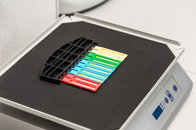 Teste de urina da tira de reagente em laboratório
