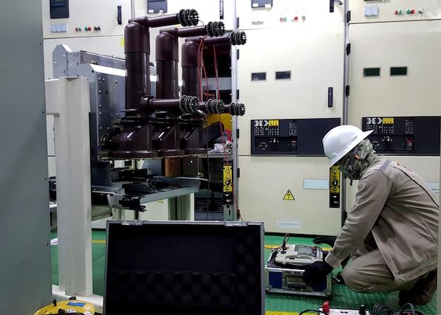 Teste e inspeção de disjuntor de média tensão no local para manutenção preventiva elétrica