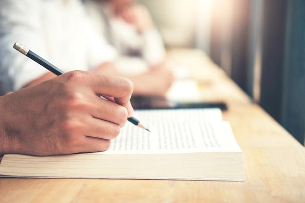 Teste final de estudantes universitários testando exame na universidade