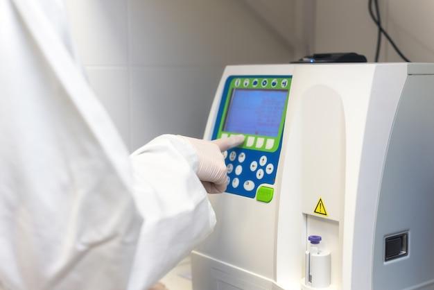 Teste médico científico com análise hematológica automatizada.