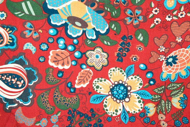 Teste padrão da tela com imagem clássica das flores coloridas no fundo vermelho.