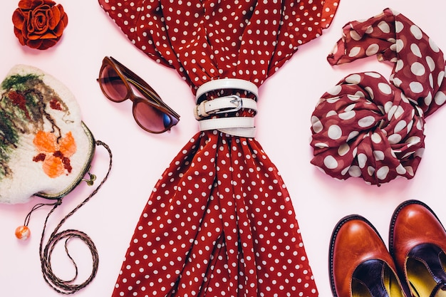 Teste padrão de bolinhas na moda imprimir em colagem de roupas vintage em fundo rosa. postura plana. vista do topo