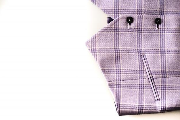 Teste padrão de pano feito na veste de um homem, isolado no fundo branco.
