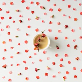 Teste padrão floral colorido brilhante com uma xícara de café ou chá. postura plana.