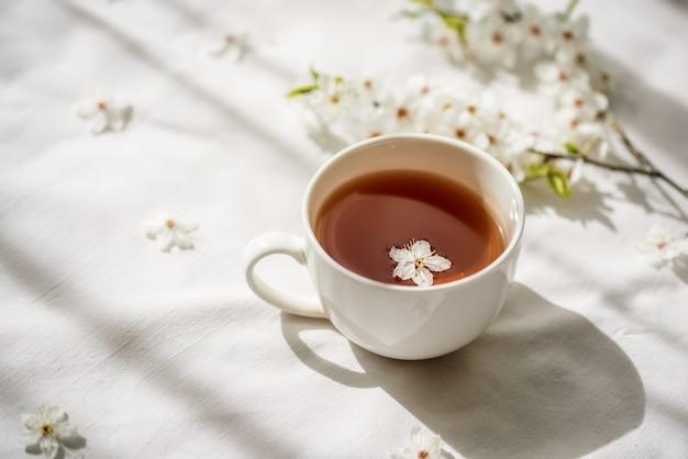 Teste padrão floral colorido brilhante com uma xícara de chá. postura plana.
