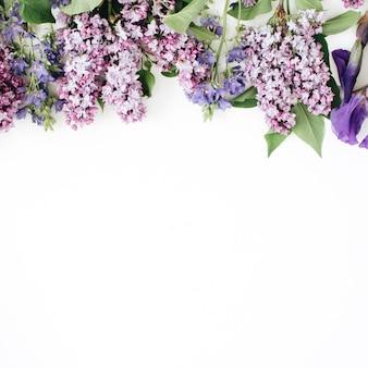 Teste padrão floral com flor lilás, flor roxa de íris, folhas verdes, ramos em branco
