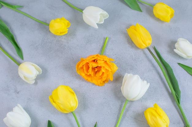 Teste padrão floral feito de tulipas brancas e amarelas