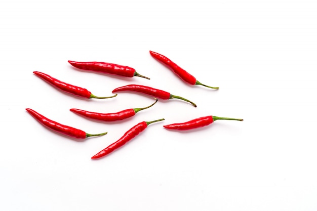 Teste padrão fresco vermelho das pimentas isolado no branco.