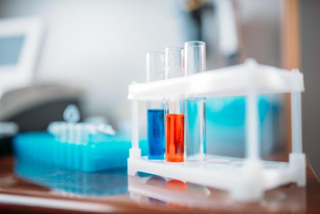 Testes de laboratório em close up de frascos de vidro. reagentes químicos em laboratório médico