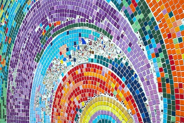 Testes padrões coloridos de cerâmicas bonitas na passagem.
