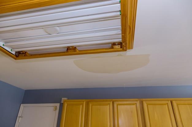Teto da cozinha em danos causados por vazamento de cano de água