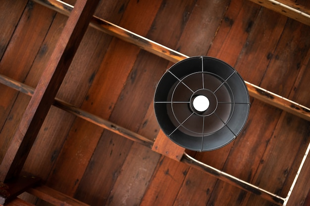 Teto de madeira com lâmpadas de néon em vista uprisen. como fundo decoração de interiores