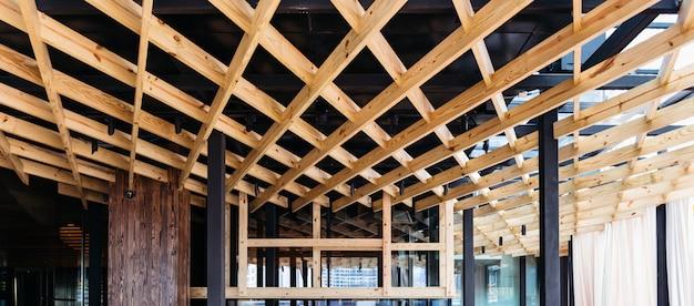 Teto de madeira decorado com madeira de bétula. design de interiores moderno para teto de telhado ao ar livre decorado