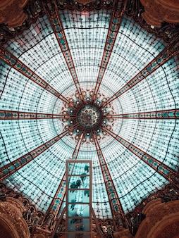 Teto de vidro redondo azul-petróleo e marrom
