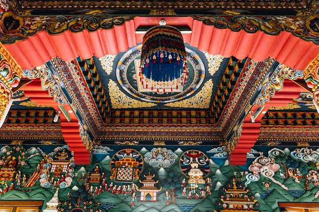 Teto decorado que conta a história do buda na arte butanesa dentro do monastério real butanês.