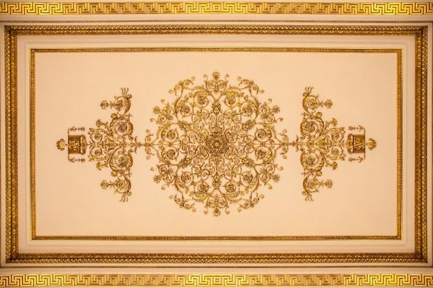 Teto do interior do armorial hall do hermitage em são petersburgo, rússia