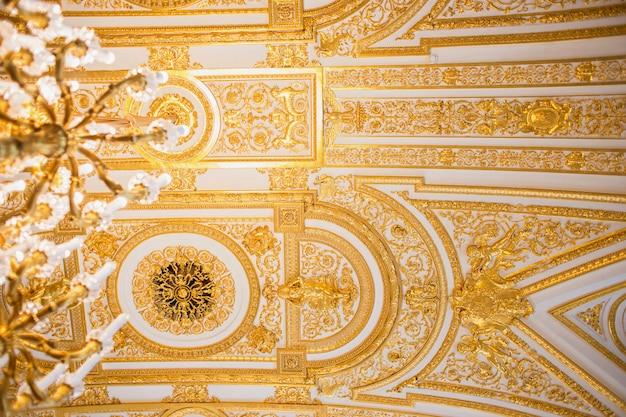 Teto magnífico em uma das salas de hermitage em são petersburgo.