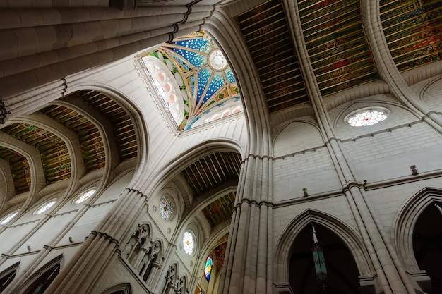 Teto no interior da catedral da almudena