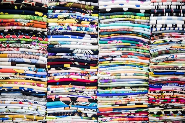 Têxteis coloridos no mercado