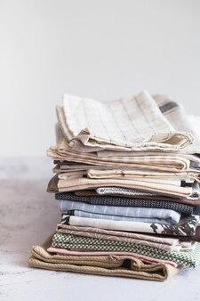Têxteis de cozinha. pilha de tecidos em diferentes cores e texturas, close-up. toalhas de cozinha