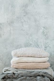 Têxteis-lares feitos à mão. cobertor de malha quente aconchegante e pilha de travesseiro.