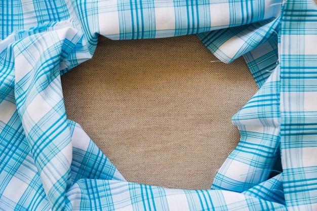 Têxtil padrão xadrez azul formando moldura