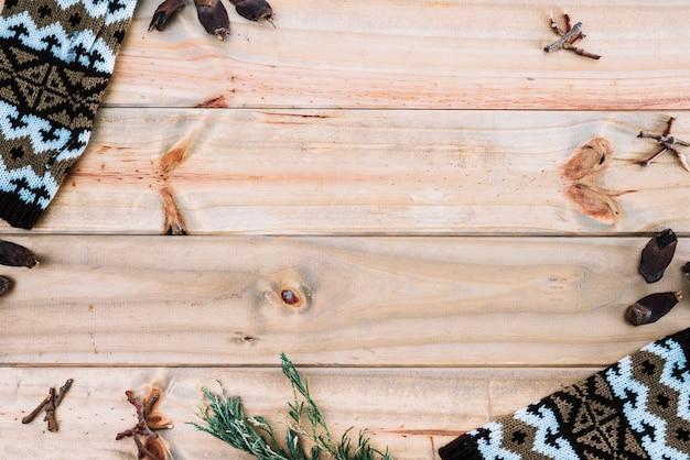 Têxtil perto de agulhas de abeto na placa de madeira