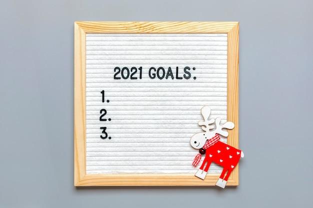 Texto - 2021 objetivos citações motivacionais em quadro de feltro de mensagens, cervo em cinza