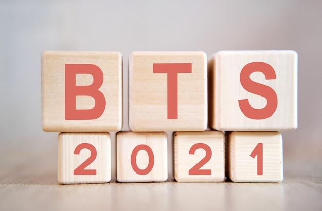 Texto - bts 2021 em cubos de madeira, em superfície de madeira
