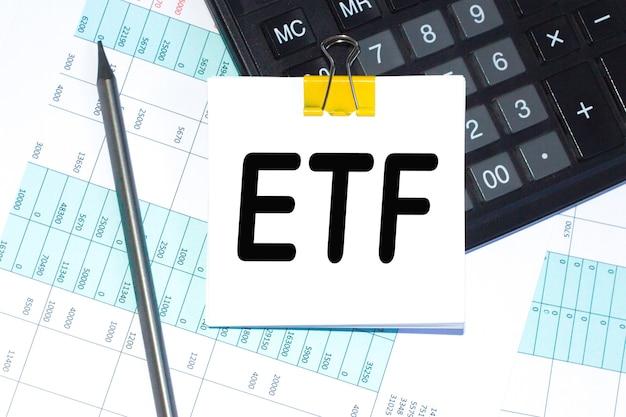 Texto, calculadora e caneta estão em um adesivo na área de trabalho. calculadora e caneta. conceito de negócios.