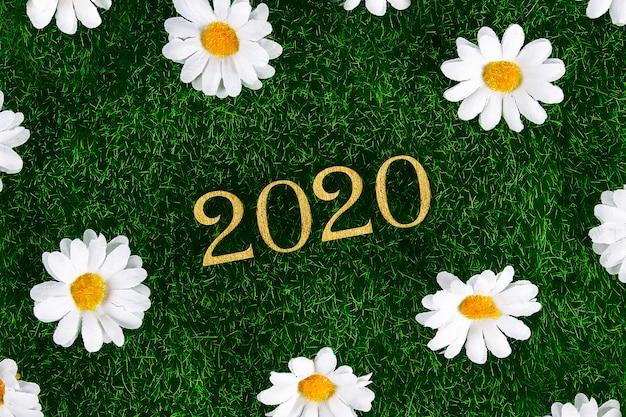 Texto criativo feliz ano novo 2020 escrito em letras de madeira douradas.