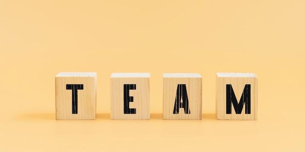 Texto da equipe em blocos de madeira