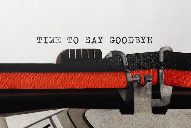 Texto da hora de dizer adeus digitado em máquina de escrever retrô